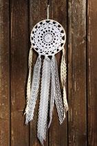 attrape-rêves, napperon dentelle blanche et rubans de dentelle blanc et écru