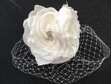 weißer Fascinator mit Schleier und Stoffblüten