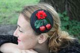 Fascinator mit schwarzer Strohbasis mit Kirschen,  Mohnblüten und Blättern