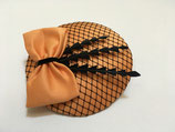 Fascinator orange, Hutnetz schwarz, Federn