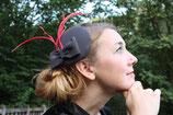 Fascinator grau mit Schleife und roten langen Federn