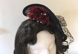 Fascinator Sinamay schwarz, Schleife aus Tüpfchentüll, rote Organzablüten