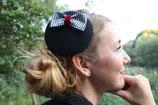Pepita-Schleife schwarz-weiß auf Fascinator schwarz, mit roter Samt-Bauchbinde