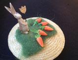 Fascinator mit Strohbasis natur mit Hase und Karotten auf Wiese