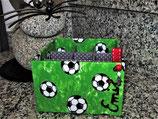 Stiftedose Fussball, zum Kindergartenstart oder 1. Schultag verschenken, mit vier Fächern für Stifte, Kosmetik, Bastelwerkzeug, personalisierbar