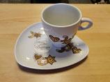 Tasse mit Untertasse und Teller in einem
