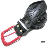 Fahrradreifen-Gürtel mit roter Schnalle.