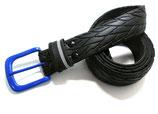 Fahrradreifen-Gürtel mit blauer Schnalle.