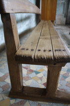 Banc d'église en bois brut