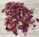 Rosenblütenblätter rot, geschnitten, duftend