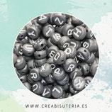 Abalorio acrílico con letras de abecedario de color blanco sobre gris (Paquete 750piezas)