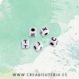Abalorio acrílico con letras de abecedario negras sobre blanco  DADOS 5mm (Paquete 500 piezas) C88