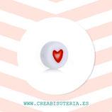 Abalorio acrílico redondo 7mm blancos con corazón rojo  (50 unidades)