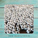 Abalorio acrílico cubo con letras de abecedario negras sobre blanco 6mm  Agujero 3,2mm (20 unidades)