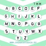 Abalorio acrílico con letras de abecedario negras sobre blanco 7mm (Paquete 285 piezas aprox. ) C83
