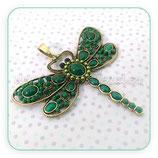 Colgante libélula muy grande de colores pieza resina ovalada y perlitas de color