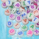 Abalorio acrílico con letras de abecedario Colores  fondo brilla en oscuridad - 7mm  (Paquete 200 piezas) P7327