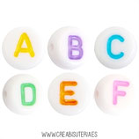 Abalorio acrílico con letras de abecedario de colores sobre blanco  (Paquete 100 piezas)