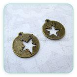Charm medalla estrella troquelada bronce viejo CHAOOO-C13761 (4 unidades)