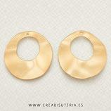 Aro circular irregular ancho plano grande tipo flamenca con agujero superior dorado mate- P144 (2 unidades)
