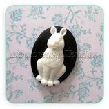 Cabuchón Resina Conejo blanco sobre negro CABOOO-CR01
