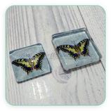 Cabuchón ilustrado CUADRADO mariposa amarilla sobre fondo vintage azul gris