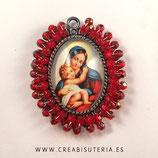 Producto Acabado - Medalla Virgen María y niñoJesús bordada con cristal checo facetado en tono rojo - granate