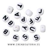 Abalorio acrílico con letras de abecedario negras sobre blanco 7mm  Agujero 2mm C320(Paquete 1000 piezas)