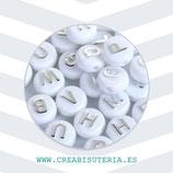 Abalorio acrílico con letras plateadas en relieve sobre blanco 10mm  C36 (Paquete 200piezas)