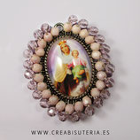 Producto Acabado - Medalla Virgen del carmen bordada con cristal checo facetado en tono rosa viejo/Morado