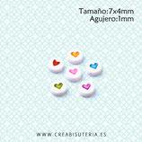 Abalorio acrílico redondo plano 7mm con corazón de color  (Paquete 40 piezas)