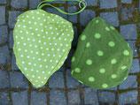 Grün mit kleinen weißen Tupfen