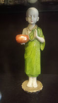 Staande monnik met offerschaal groen/oranje