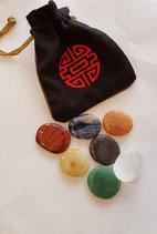 Gepolijste ovale chakra edelstenen set met zwart gevoerd zakje met tibetaanse geluks symbolen