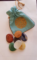 Ovale edelstenen set in licht blauw gevoerd zakje met geluks symbolen