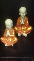 Monnikje zittend met gevouwen handen oranje/goud