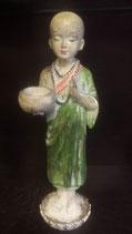 Staande monnik met offerschaal groen/roze/creme