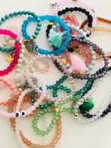 Armbänder aus Glasperlen mit verschiedenen hübschen Anhänger