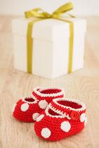Fotos und Babyschuhe als Geschenkset