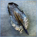 Haarspange Lederfeder klein, Blau mit Weiß
