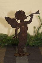 Engel mit Trompete aus gerostetem Metall