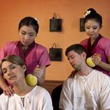 Thai Paarmassage mit warmen Kräuterstempeln