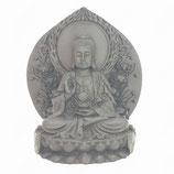 Boeddha zittend op lotustroon voor wand