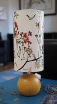 Handbemalte asiatische Nachttischlampe mit Lampenfuß aus Holz