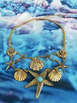 goldene Halskette mit Seesternen und Muscheln