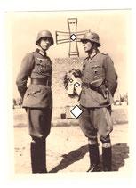 Portraitfoto General und Deutsches Kreuz Träger auf Heldenfriedhof