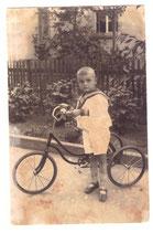Kleiner Junge mit dreirädrigen Fahrrad in Marineuniform Zwischenkriegszeit