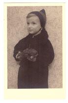 Foto kleiner Junge mit Schützenpanzer Spielzeug Elastolin usw.