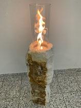 Sandsteinkamin mit Glaszylinder