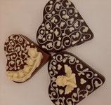 Schokoladenherz Zartbitter verziert mit  Ornamenten aus weißer Schokolade